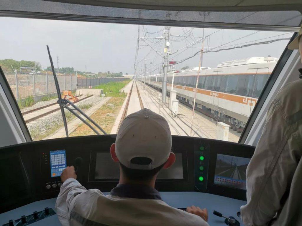 首创!时速140公里8A编组市域车 成都地铁18号线列车正式亮相