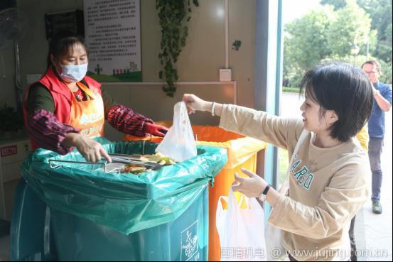 在福州 垃圾收运点也有公交站牌